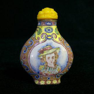 Chinese Canton enamel snuff bottle, European subject - pretty girls - Qianlong, late 18th century-0