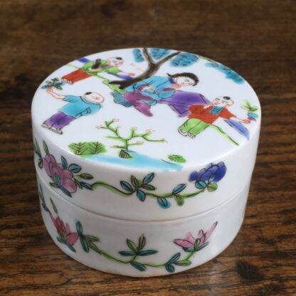 Chinese porcelain round lidded box with bright enamel decoration. 19th C.-15114