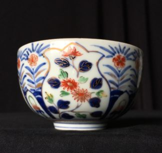 Japanese Imari bowl with fine flower decoration, 19th century-0