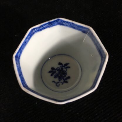 Chinese Export octagonal teabowl & saucer, blue & white figures, c.1740 -20205
