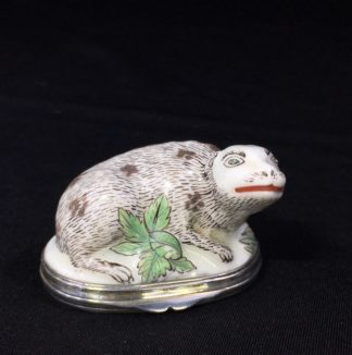 Saint Cloud snuff box, an Otter (?), with Chinoiserie lid, c. 1750 -0