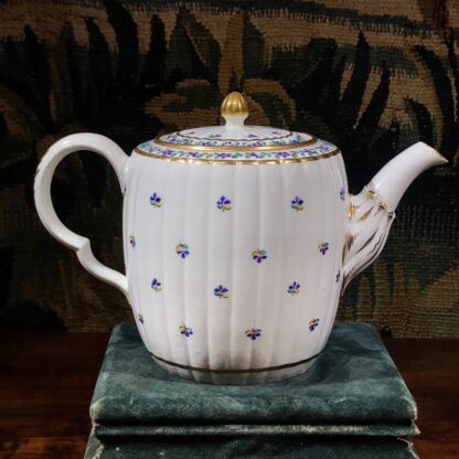 Caughley teapot with cornflower sprig, Chamberlain decorated, c. 1785. -32429
