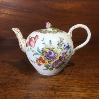 Meissen teapot, outside decorated with flowers, early 19th century -33570