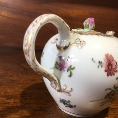 Meissen teapot, outside decorated with flowers, early 19th century -33578