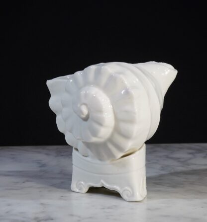 Blanc de chine shell vessel